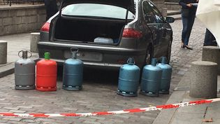 La Peugeot 607 et les six bonbonnes de gaz pleines trouvées à l'intérieur, près de la cathédrale Notre-Dame. (HAKIM ABDELKHALEK / FRANCE 2)