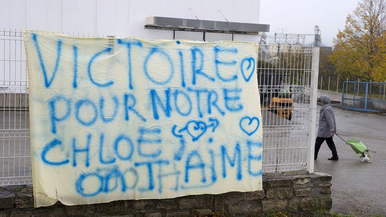 Une banderole saluant la découverte de Chloé, vivante une semaine après son enlèvement, à Barjac (Gard), le 17 novembre 2012. (PASCAL GUYOT / AFP)