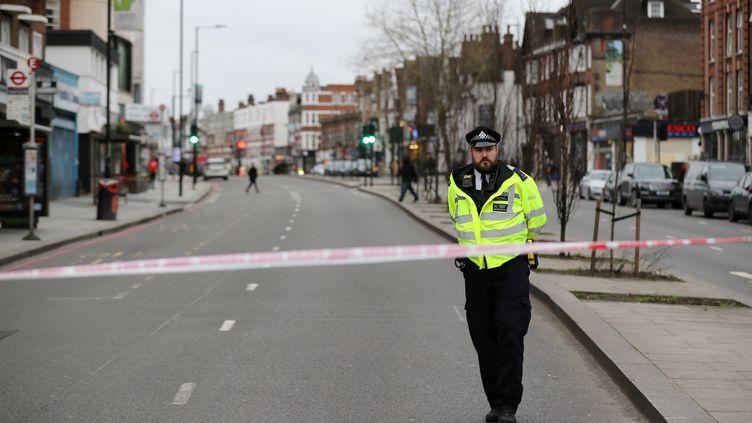 Un policier monte la garde près du lieu d'un attentat à l'arme blanche à Londres, le 2 février 2020. (ANTONIO BRONIC / REUTERS)