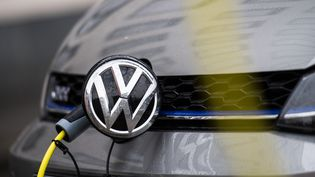 Une Volkswagen éléctrique en train d'être rechargée. Photo d'illustration. (PICTURE ALLIANCE / PICTURE ALLIANCE / GETTYIMAGES)