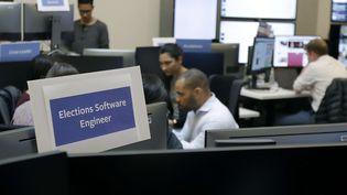 Des salariés de Facebook au sein d'une war room à Menlo Park en Californie. (JEFF CHIU/AP/SIPA / AP)