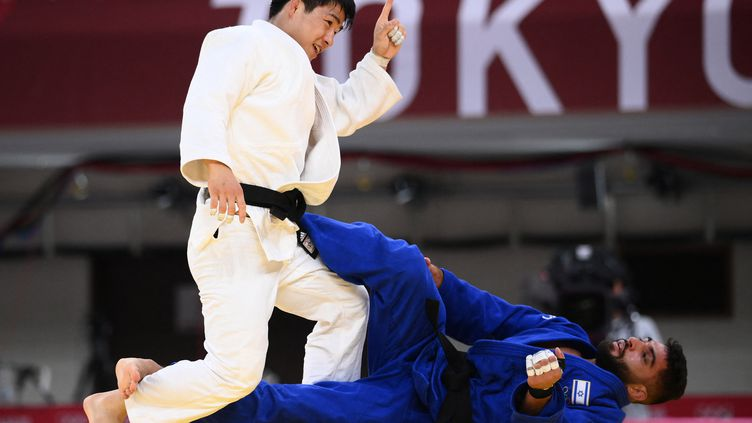 Le judoka israélien Tohar Butbul est éliminé en quarts de finale du tournoi olympique en moins de 73 kg face au Sud-Coréen An Changrim, le 26 juillet 2021, à Tokyo. (FRANCK FIFE / AFP)