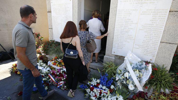 Des proches entrent dans le mausolée dédié aux victimes du crash en 1968 de la caravelleAjaccio-Nice, le 11 septembre 2018. (PASCAL POCHARD-CASABIANCA / AFP)