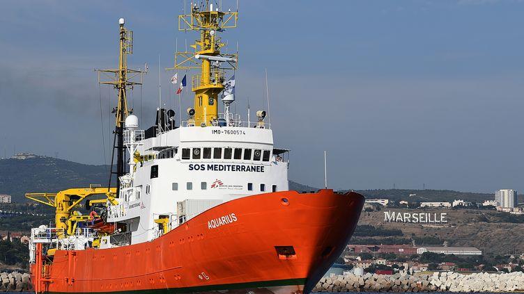 """Le navire humanitaire """"Aquarius"""" quitte le port de Marseille, le 1er août 2018.  (BORIS HORVAT / AFP)"""