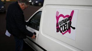 Un bénévole des Restos du Cœur, à Saint-Lo (Manche), le 29 novembre. (CHARLY TRIBALLEAU / AFP)