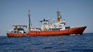 """""""L'Aquarius"""", le navire de l'ONG SOS Méditerranée qui vient en aide aux migrants, le 6 mai 2018. (LOUISA GOULIAMAKI / AFP)"""