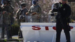 Des membres de la police et de la Garde nationale bloquent une rue près du Capitole américain, le 2 avril 2021, après qu'un véhicule a foncé sur des policiers du Capitole à Washington. (ERIC BARADAT / AFP)