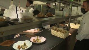 Il vient de décrocher un titre prestigieux : celui du deuxième meilleur restaurant gastronomique au monde. La Ville Blanche, à Rospez (Côtes-d'Amor) en Bretagne, a été reconnu par un célèbre site de réservation en ligne. Ce qui a changé le quotidien du chef et de toute son équipe. (France 3)