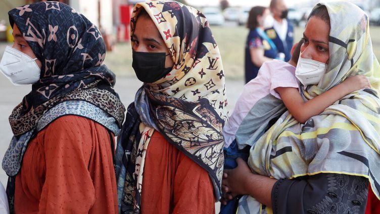 Des réfugiées afghanes arrivent à la base militaire deTorrejon, en Espagne, le 20 août 2021. (AP)