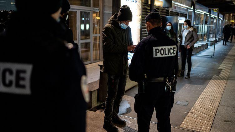La police effectue des contrôles d'identités afin de faire respecter le couvre-feu mis en placeà Lyon, le 30 decembre 2020. (NICOLAS LIPONNE / HANS LUCAS)