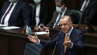 Le président turc Recep Tayyip Erdogan lors de la réunion du Parti justice et développement à l'Assemblée turque, le 28 octobre 2020. (ADEM ALTAN / AFP)