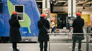 Des employés de la SNCF sur un quai de la gare de Lyon, à Paris, le 13 mai 2020. (KARINE PIERRE / HANS LUCAS / AFP)