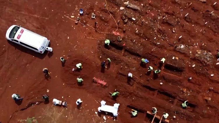 Vue aérienne du cimetière de Pondok Ranggon, à l'est de Jakarta, en Indonésie. (REUTERS)