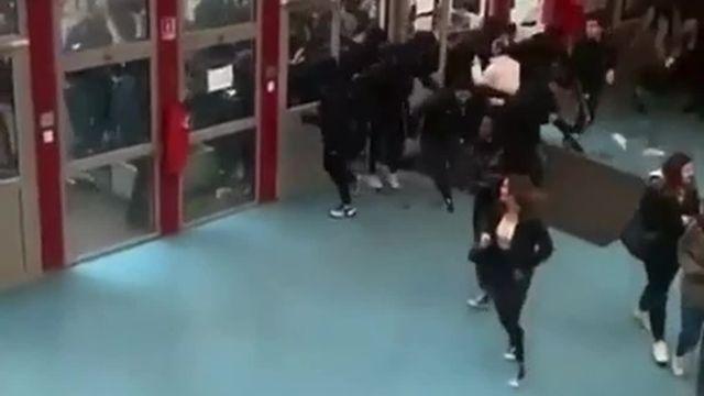 Les étudiants du lycée André Malraux se réfugient dans le hall