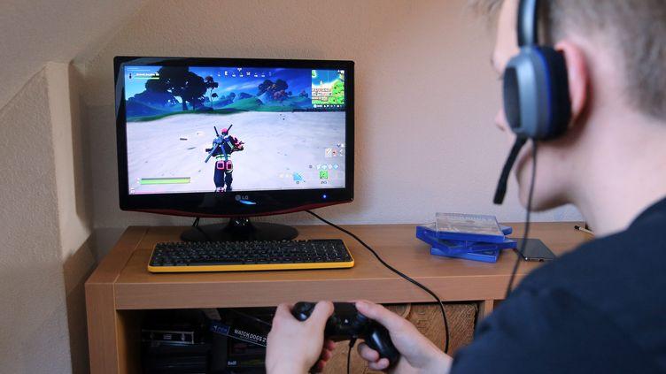 Jouer aux jeux vidéo est devenu une occupation prisée pendant le confinement (photo d'illustration). (VANESSA MEYER / MAXPPP)
