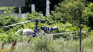 L'hélicoptère utilisé par les braqueurs, le 1er juillet 2018 à Gonesse (Val-d'Oise). (GEOFFROY VAN DER HASSELT / AFP)