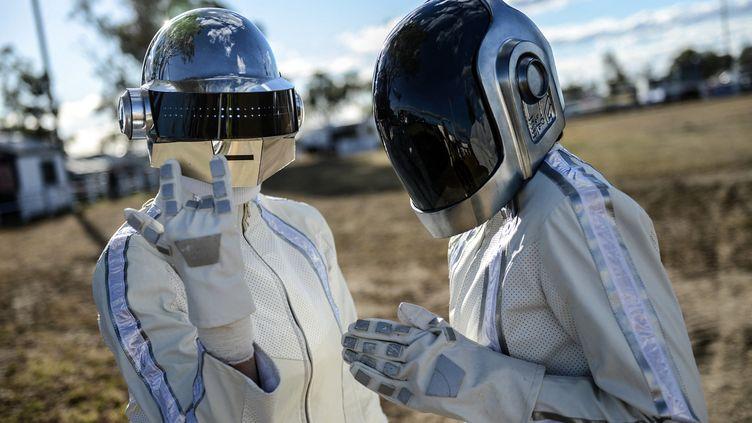 """Des fans déguisés en Daft Punk attendent le duo parisien dans la petite ville australienne de Wee Waa où l'album """"Random Access Memories"""" est censé être dévoilé, le 17 mai 2013. (SHANNA WHAN / AFP)"""