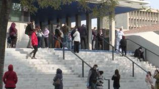 Les Marseillais se sont rués vers l'institut hospitalo-universitaire de la ville. Un dépistage gratuit au coronavirus leur était proposé. Une décision qui divise. (FRANCE 3)