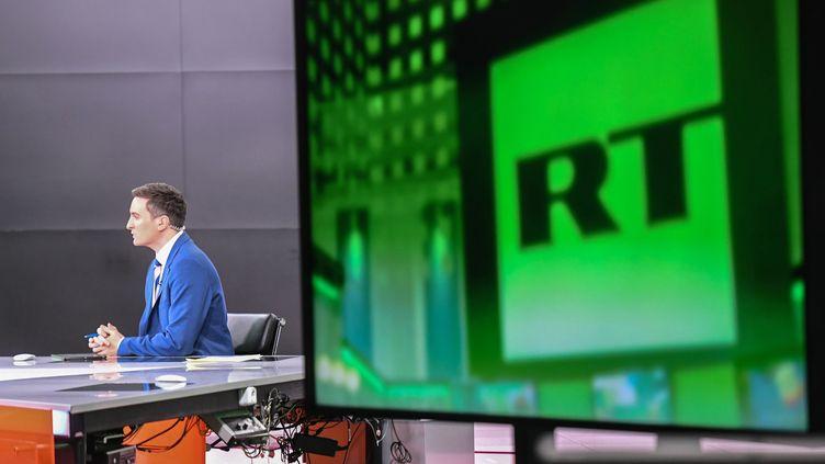 Un présentateur de la télévision russe RT sur un plateau de la chaîne à Moscou, le 14 novembre 2017. (ILIYA PITALEV / SPUTNIK / AFP)