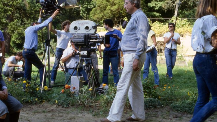 """Bertrand Tavernier sur le tournage d'""""Un dimanche a la campagne"""" en 1984. (PHOTO ETIENNE GEORGE / COLLECTION CHRISTOPHEL VIA AFP)"""
