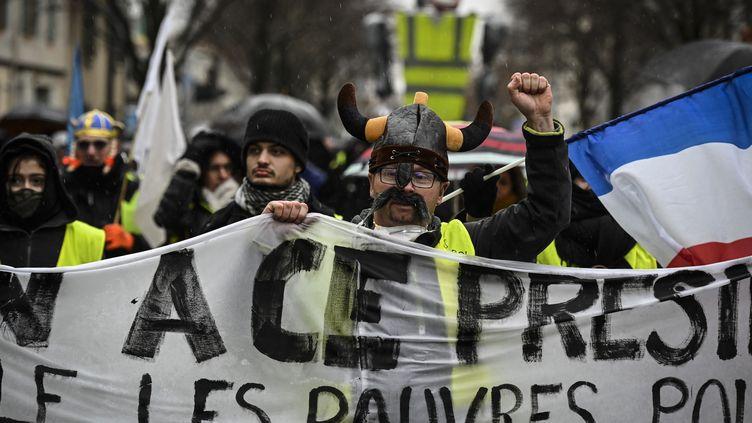 """Des manifestants """"gilets jaunes"""" défilent à Valence (Drôme), le 2 février 2019. (JEAN-PHILIPPE KSIAZEK / AFP)"""
