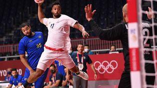 Le handballeur français Timothey N'Guessan face au Brésil,lundi 26 juillet. (MARTIN BERNETTI / AFP)