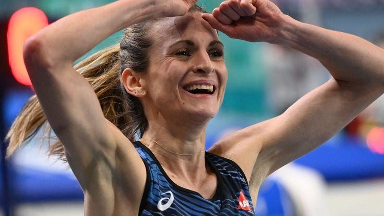 La Française Alice Finot tout sourire après l'argent sur 3000m à l'Euro en salle le 5 mars 2021 (SERGEI GAPON / AFP)