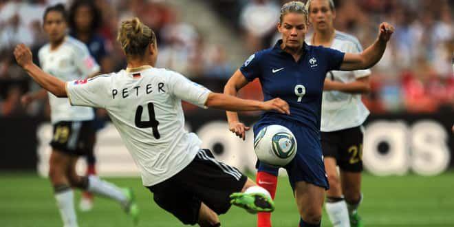 Eugénie Le Sommer à la lutte avec Babett Peter lors de la défaite 4-2 de la France face à l'Allemagne lors de la dernière Coupe du Monde