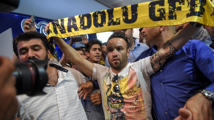 Mathieu Valbuena accueilli par les fans de Fenerbahce à l'aéroport Atatürk d'Istanbul (Turquie) le 12 juin 2017. (OZAN KOSE / AFP)