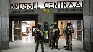 Des militaires déployés devant la gare centrale de Bruxelles (Belgique), le 23 novembre 2015. (VIRGINIE NGUYEN HOANG / HANS LUCAS)