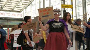 Des femmes manifestent Gare du Nord à Paris contre le harcèlement dans les transports le 16 avril 2015. (CITIZENSIDE/PATRICE PIERROT / CITIZENSIDE.COM)