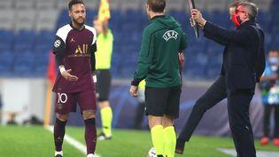 Le Brésilien Neymar, blessé, sort du terrain lors d'un match contre le club turc d'Istanbul Basaksehir, à Istanbul (Turquie), le 28 octobre 2020. (TOLGA BOZOGLU / AFP)