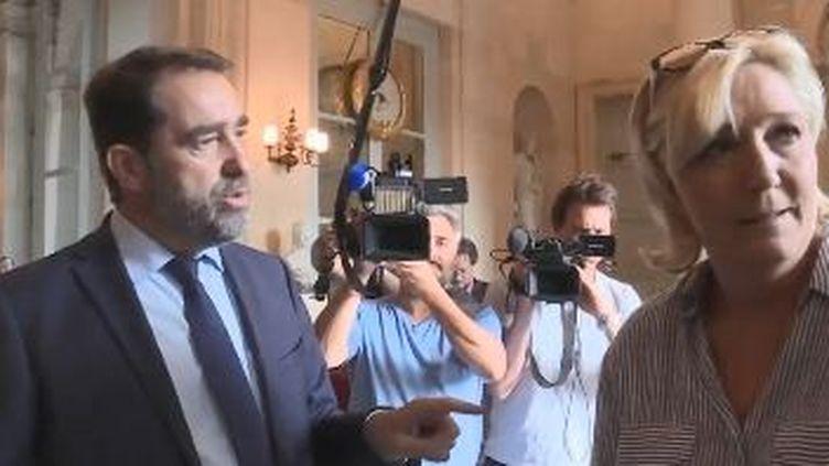 La députée RN du Pas-de-Calais Marine Le Pen et le secrétaire d'Etat aux Relations avec le Parlement Chistophe Castaner, dans les couloirs de l'Assemblée nationale, samedi 21 juillet. (CAPTURE D'ECRAN / FRANCE 2)