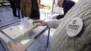 Dans un bureau de vote à Roncq (Nord), lors du premier tour de la primaire de la gauche, le 22 janvier 2017. (THIERRY THOREL / CITIZENSIDE / AFP)