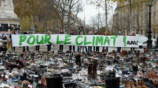 Des centaines de paires de chaussure sont disposées, le 29 novembre, sur la place de la République à Paris pour symboliser la grande marche sur le climat, annulée pour des raisons de sécurité. (MIGUEL MEDINA / AFP)