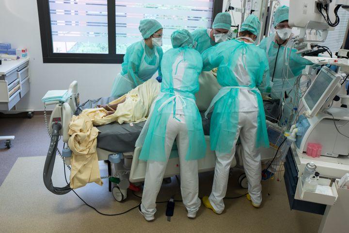 Des soignants retournent une patiente atteinte du Covid-19 dans le service de réanimation de l'hôpital Purpan, à Toulouse (Haute-Garonne), le 21 avril 2020. (FREDERIC SCHEIBER / HANS LUCAS / AFP)