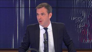 """Olivier Véran, ministre des Solidarités et de la Santé était l'invité du """"8h30 franceinfo"""", vendredi 30 avril 2021. (FRANCEINFO / RADIOFRANCE)"""