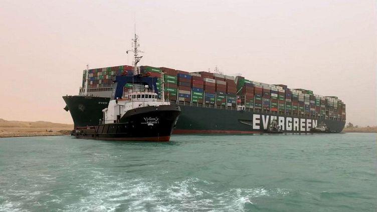 """Le bateau taïwainais MV """"Ever Given"""" de 400 mètres de long échoué dans le canal de Suez (Egypte), le 24 mars 2021. (AFP)"""