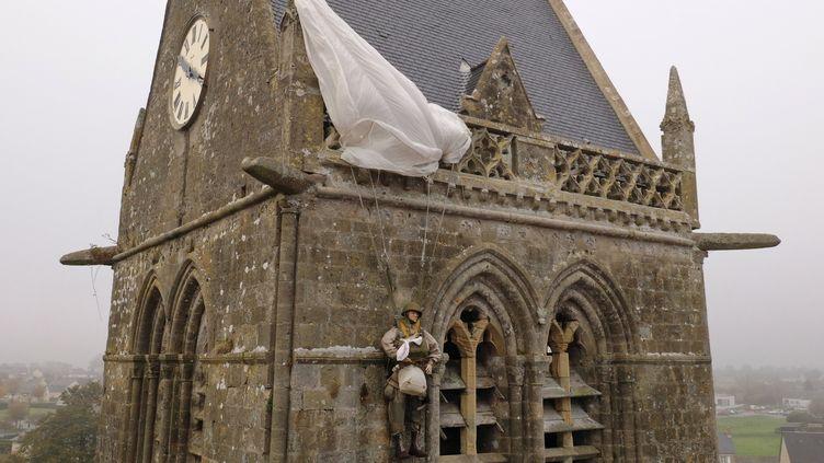 Le clocher de l'église de Sainte-Mère-Église (Manche) devrait résonner le 6 juin 2020. (DAMIEN MEYER / AFP)