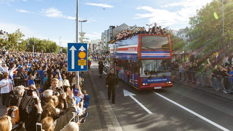 L'équipe de football islandaise dans les rues de Reykjavik, lundi 4 juillet 2016. (KARL PETERSSON / AFP)