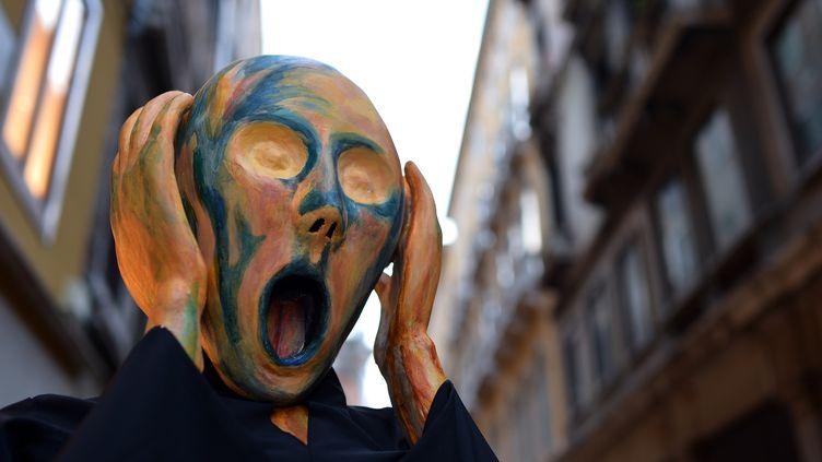 """AU carnaval de Venise, un masque inspiré du """"Cri"""" d'Edvard Munch. (GABRIEL BOUYS / AFP)"""