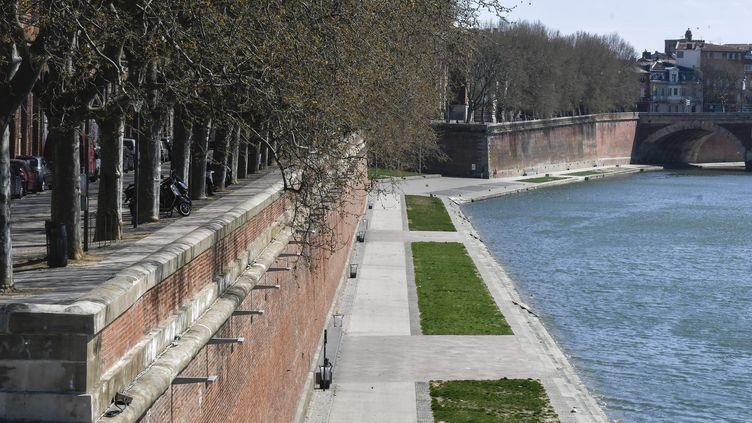 Illustration des quais de la Garonne fermés au public à Toulouse lors du premier confinement, le 20 mars 2020. (XAVIER DE FENOYL / MAXPPP)