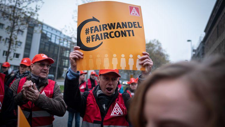 Des syndicats manifestent le 20 novembre 2019 àHanover (Allemagne) devant le siège de Continental, après les annonces de suppressions d'emploi. (PETER STEFFEN / DPA / AFP)