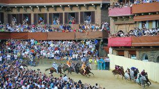 Des cavaliers s'affrontent lors du Palio de Sienne (Italie), le 2 juillet 2013. (FABIO MUZZI / AFP)