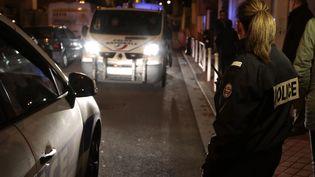 Les forces de l'ordre bloquent le secteur de Montrouge (Hauts-de-Seine) où un objet qui pourraît être une ceinture d'explosifs a été découvert, lundi 23 novembre. (ERIC GAILLARD / REUTERS)