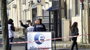 Des policiers devant l'agence Pole Emploi de Valence (Drôme), le 28 janvier 2021. (PHILIPPE DESMAZES / AFP)