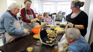 Photo d'illustration. Activité culinaire avec des personnes âgées. (FRANCOIS LO PRESTI / AFP)