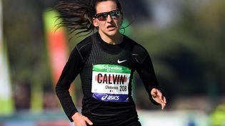 Clémence Calvin sur la ligne d'arrivée du marathon de Paris, le 14 avril 2019. (MUSTAFA YALCIN / ANADOLU AGENCY / AFP)