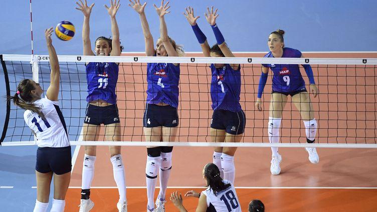 Les volleyeuses françaises face à la Grèce lors le championnat d'Europe de volley-ball féminin, le 24 août 2019. (JULIEN CROSNIER / AFP)