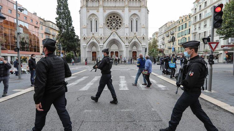 Des gendarmes autour de la basilique Notre-Dame de l'Assomption à Nice (Alpes-Maritimes), le 31 octobre 2020, deux jours aprèsl'attentat. (VALERY HACHE / AFP)